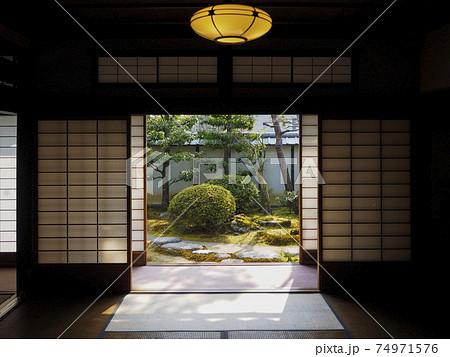 日本家屋の居間から望む庭園の風景 74971576