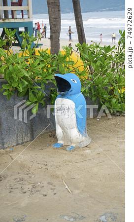 ベトナム・ダナン ビーチ脇にあるペンギンの形をしたゴミ箱 74972629