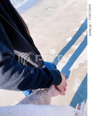 手から伝わる温もりを感じながらの海辺の散歩 74973945
