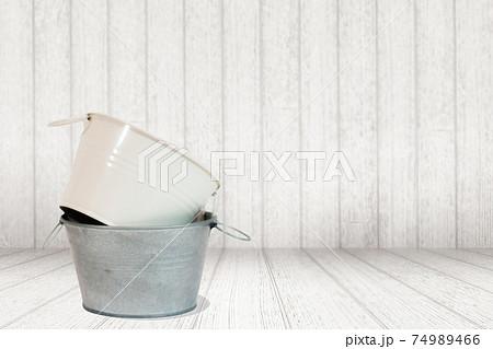 白い木目の背景とブリキのバケツの合成写真 74989466