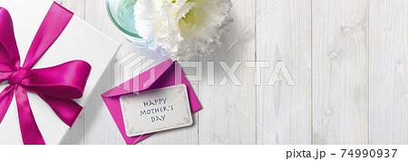 母の日のプレゼントとメッセージカード 74990937