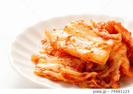 小皿にのせられた白菜キムチ。(白バック) 74991125