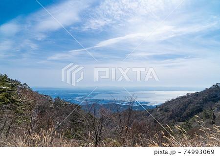 極楽茶屋跡付近から見た神戸市街と大阪湾(六甲山地) 74993069