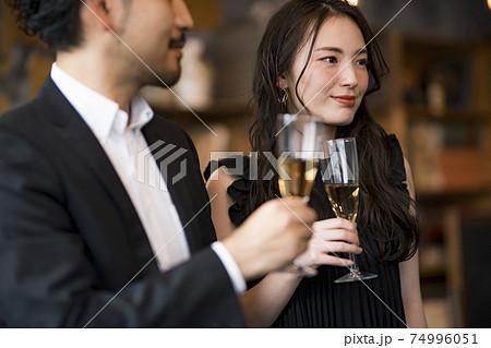 バーで飲み交わす男女 74996051