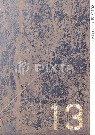 数字の入った鉄板素材、テクスチャーイメージ 74997158