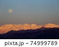 沈む満月と朝日に照らされる北アルプス 74999789