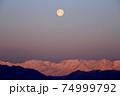 早朝の北アルプスに沈む満月 74999792