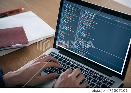 プログラミングする男性の手元・システムエンジニアイメージ 75007101