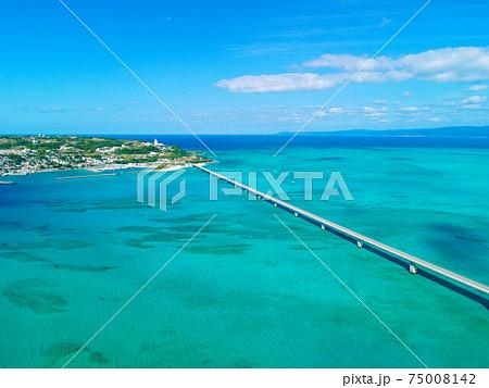 【空撮】沖縄県の青い海と古宇利大橋 75008142
