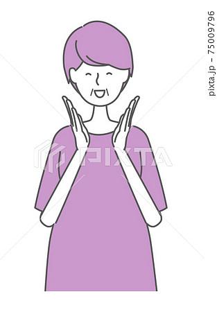 拍手をして喜ぶシニア女性 75009796
