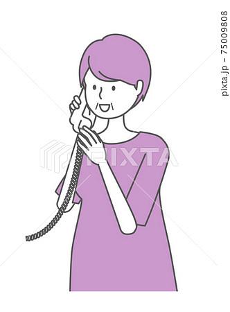 笑顔で電話をするシニア女性 75009808