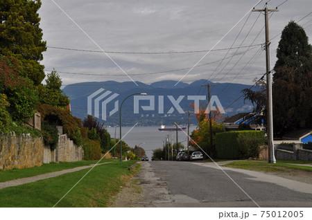 カナダ(バンクーバー)の道路とバラード海峡 75012005
