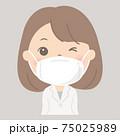 マスク着用の女性(白衣・ドクター) 75025989