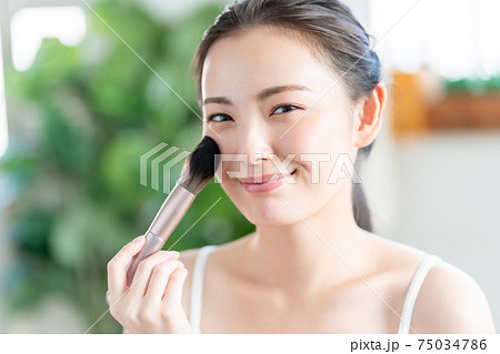 20代女性の化粧 75034786