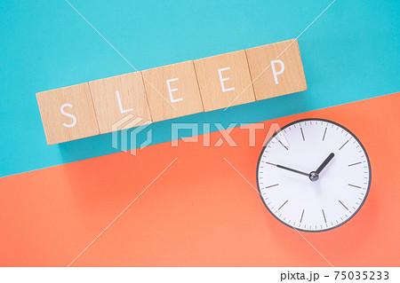 睡眠時間|「SLEEP」と書かれた積み木ブロックと時計 75035233