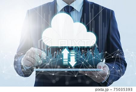 クラウドコンピューティングとインターネット。タブレットPCを使用する男性。ネットワーク構造と雲。 75035393