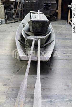 日本の古い蔵にあった水害避難用の船 75036200