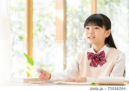 家で勉強する中学生の女の子 75036264