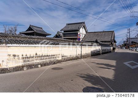 三重県津市一身田の高田本山専修寺へ向かう道と白壁 75040578