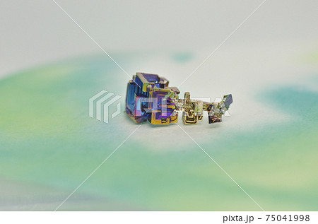 レアメタル ビスマスの結晶のクローズアップ 75041998