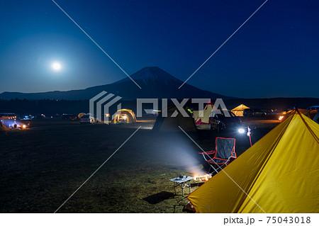 キャンプ場から眺める月夜の富士山 75043018
