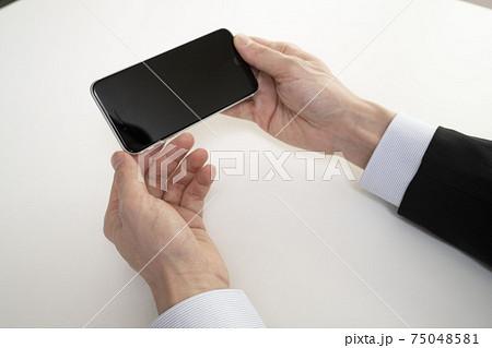スマートフォン,携帯電話を持つ男性の両手 75048581