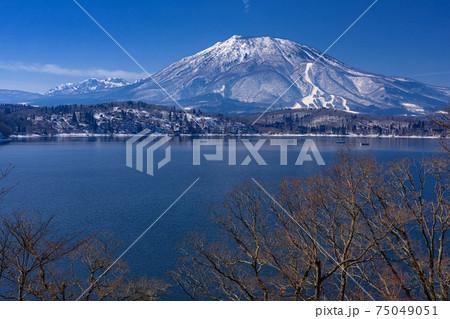長野県・冬の野尻湖と黒姫山の風景 75049051