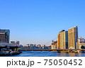 東京・快晴の隅田川と新大橋 75050452