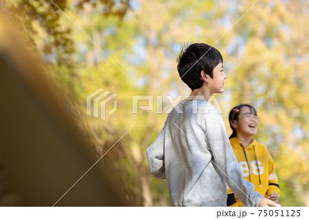自然の中で思いきり遊ぶ子どもたち 75051125