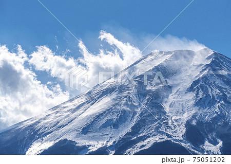 雪けむりの舞う真冬の富士山 75051202
