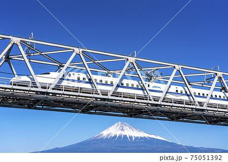 富士山をバックに富士川を渡る新幹線 75051392