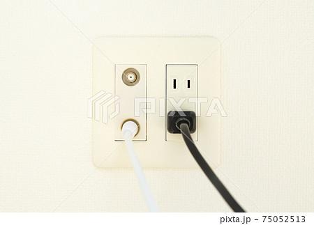 アンテナ端子とコンセント 電源ケーブル 壁面のマルチコンセント テレビのアンテナ端子とコンセントの穴 75052513