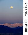 満月と早朝の北アルプス 75054032