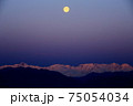 夜明けの北アルプスと沈んでいく月 75054034