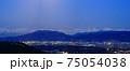 月光に照らされる北アルプスと長野の街並み 75054038