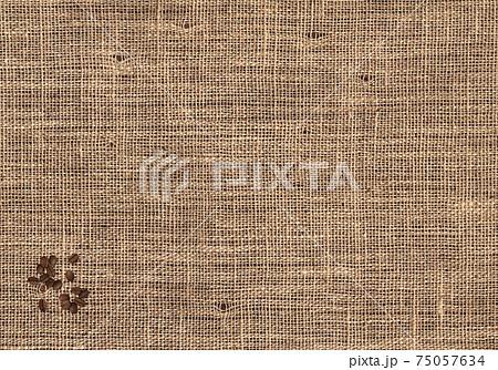検品穴開きコーヒー豆の麻袋に、ロースト豆をトッピング 75057634