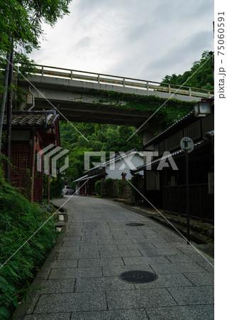 京都奥嵯峨鳥居本・頭上を嵐山高雄パークウェイが通る風景 75060591
