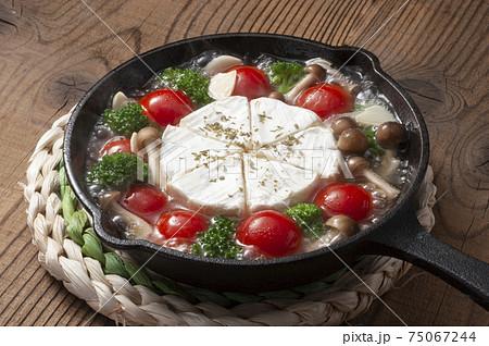 チーズ好きのカマンベールアヒージョ 75067244
