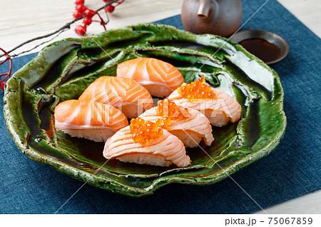 お寿司(サーモン、炙りサーモン・いくら乗せ)。 75067859