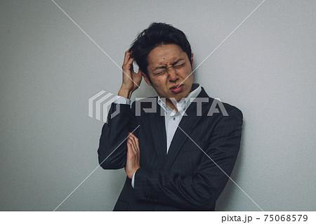 困るスーツの男性・ネガティブ・ストレスイメージ 75068579