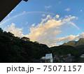 屋久島のホテルから望む山上の晴れ間に現れた朝の虹 75071157