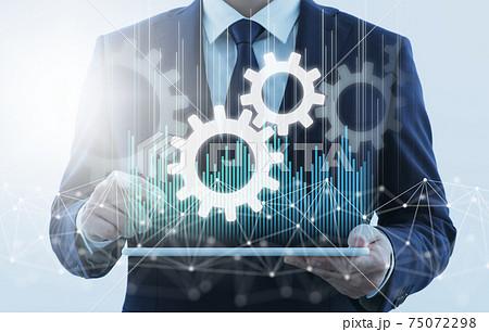 ビジネスプロセスオートメーション。タブレットPCを使用する男性。ネットワーク構造と歯車のアイコン。 75072298