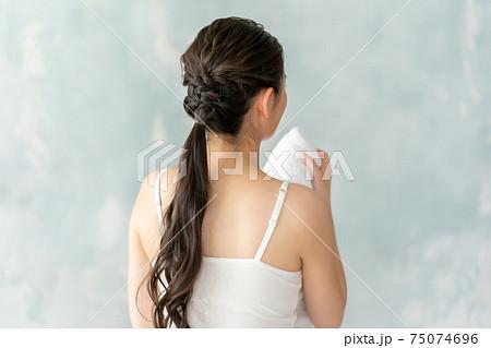 汗を拭く20代女性 75074696
