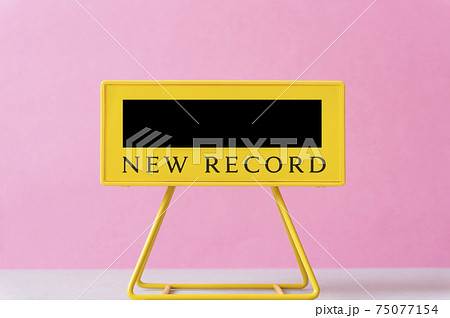 新記録、ベストタイムなど。スポーツの記録またはタイム。電光掲示板。 75077154