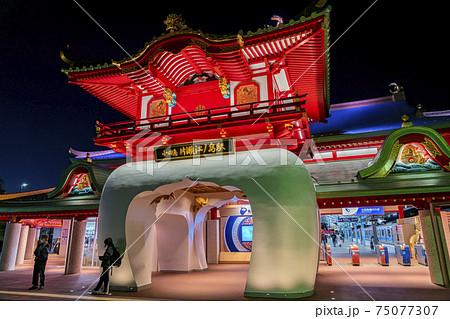 【神奈川県】カラフルにライトアップされた片瀬江ノ島駅 75077307