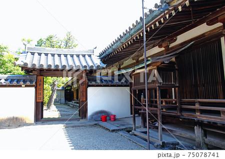 【奈良】初夏の法隆寺 西室へ続く門 75078741