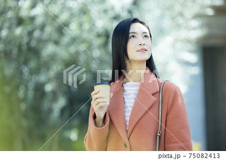 コートの女性  75082413
