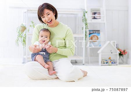 赤ちゃんとママ カメラ目線 75087897