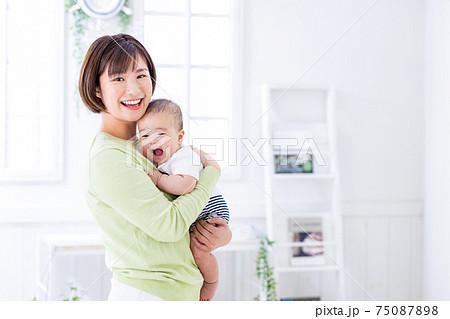 赤ちゃんとママ 抱っこ 75087898