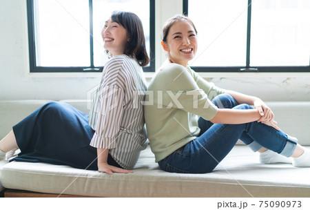 笑顔の女性二人 75090973